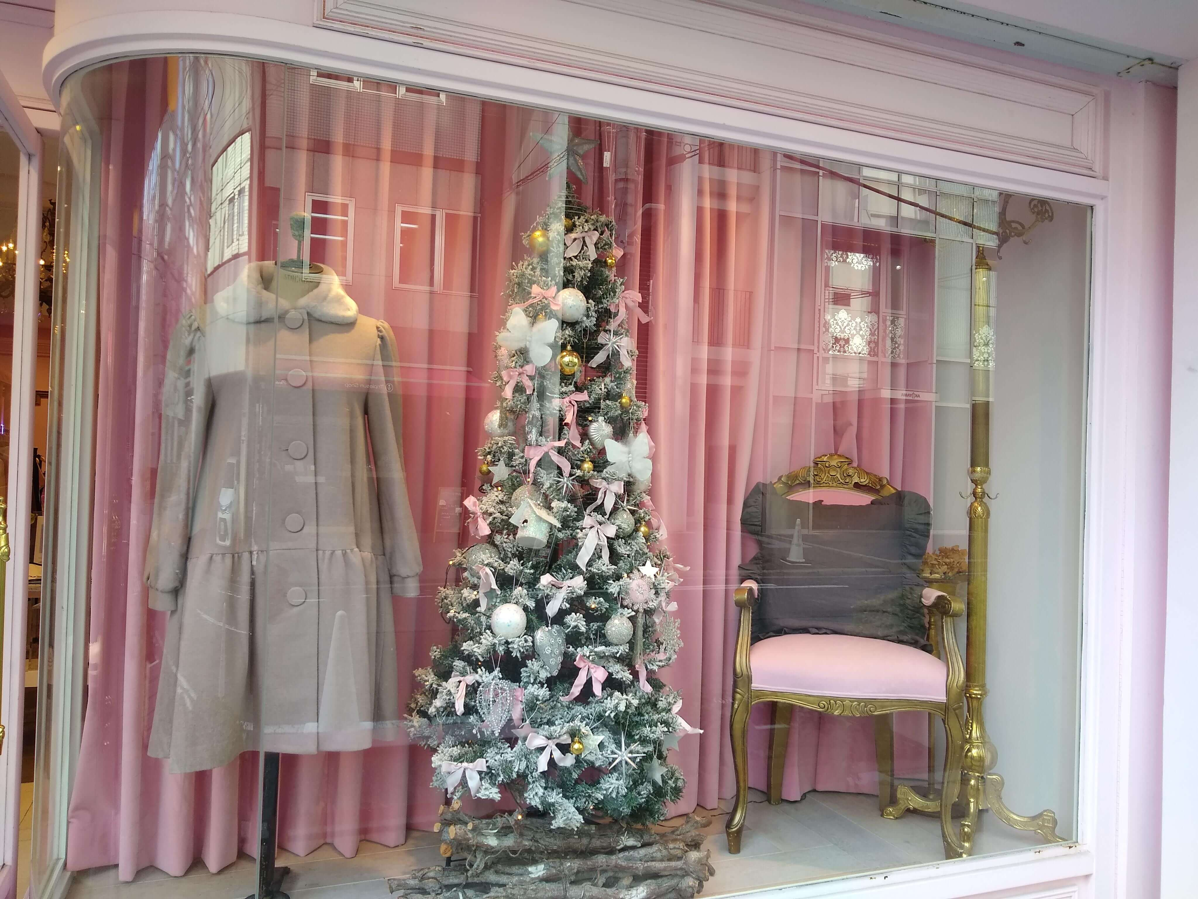Japanese store decorated with a Christmas tree